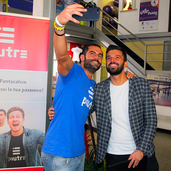 Selfie di un Fantallenatore con T Shirt Linea Gol di Piutre e Luca Ovrezzi