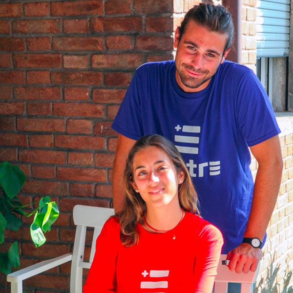 Giovani che indossano le T Shirt Linea Gol di Piutre