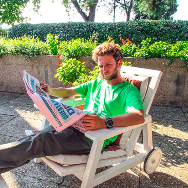 Fantallenatore indossa la t-shirt Piutre linea Gol e legge la Gazzetta dello Sport