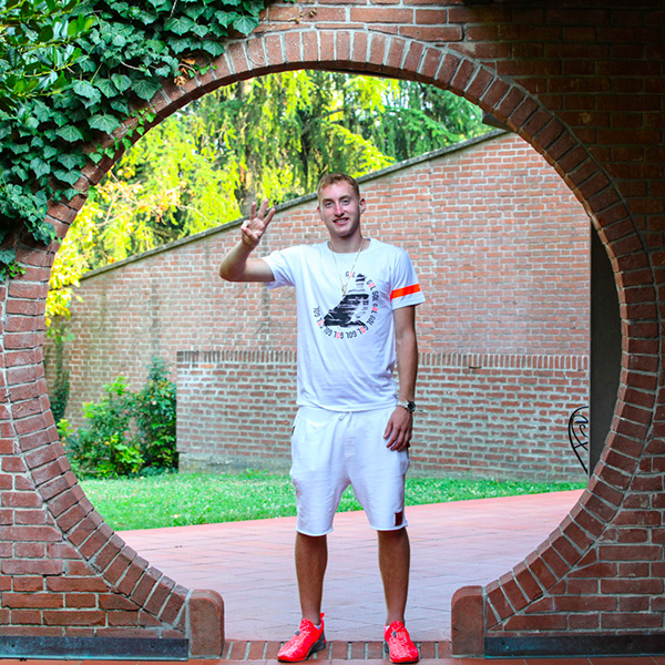 Dejan Kulusevski che indossa la T-shirt Piutre Linea Bomber Scivolata