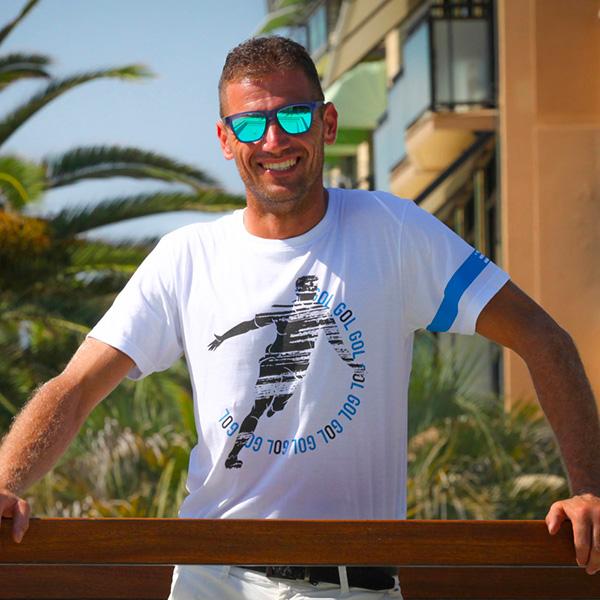 Modello Fantallenatore indossa la T-shirt bomber Esultanza di Piutre