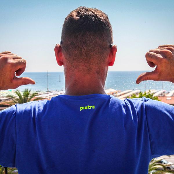 Modello mostra particolare della T-shirt Gol Plus Pennellata Giallo Fluo di Piutre