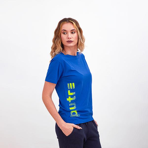 La Modella Sarah Baderna Posa con la T-Shirt Piutre Gol Plus Verticalizza