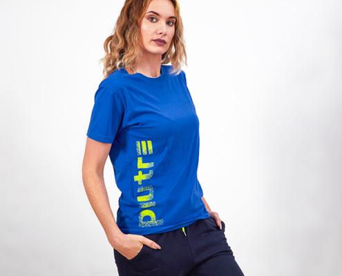 La Modella Sarah Baderna Posa con la maglietta Piutre Gol Plus Verticalizza