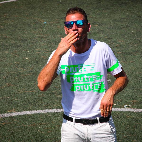Modello che indossa la T-shirt Gol Plus Pennellata Verde griffata Piutre