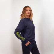 La modella Sarah Baderna con la tuta completa Piutre (Felpa Girocollo e Pantaloni Lunghi)