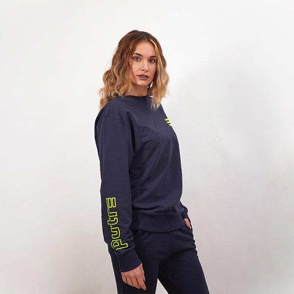 La modella Sarah Baderna indossa la tuta completa Piutre (Felpa Girocollo e Pantaloni Lunghi)