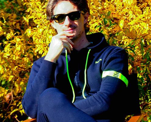 Pietro Razzini mostra la felpa hoodie Piutre Fanta Allenatore