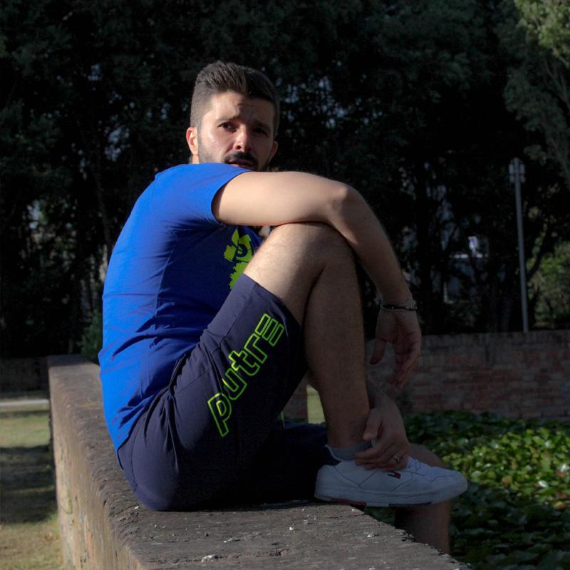 L'influencer Luca Ovrezzi posa con i pantaloncini Piutre.