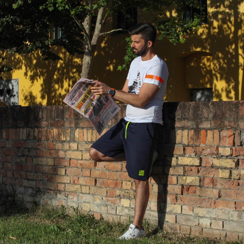 L'influencer Luca Ovrezzi indossa gli shorts e la maglietta bomber Piutre Fantacalcio.