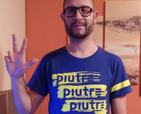 Fantallenatore indossa la t-shirt piutre fantacalcio linea gol plus pennellata blue e giallo fluo