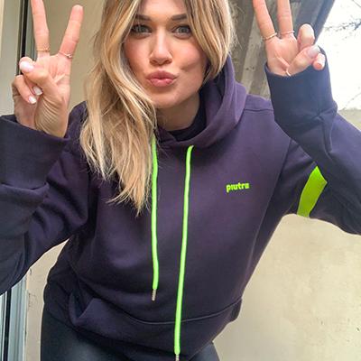 Benedetta Mazza sorride con la felpa hoodie piutre blue giallo fluo