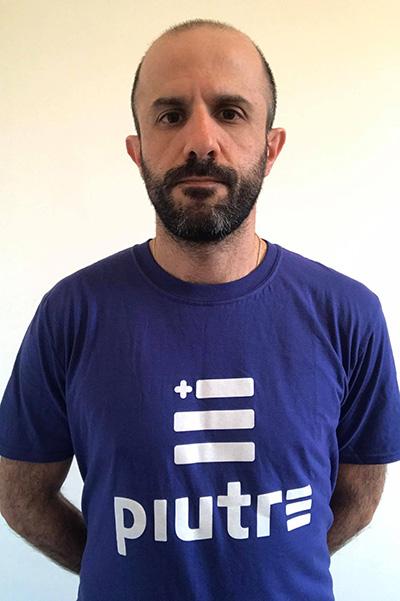 Fantallenatore indossa la maglia Piutre Fantacalcio linea gol blu e bianca