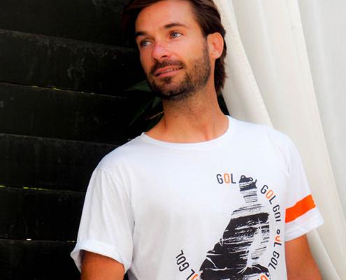 Modello indossa t-shirt bomber Piutre Fantacalcio arancione, nero e bianco