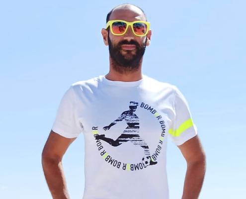Fantallenatore indossa la t-shirt Piutre fantacalcio linea bomber giallo fluo e bianco.