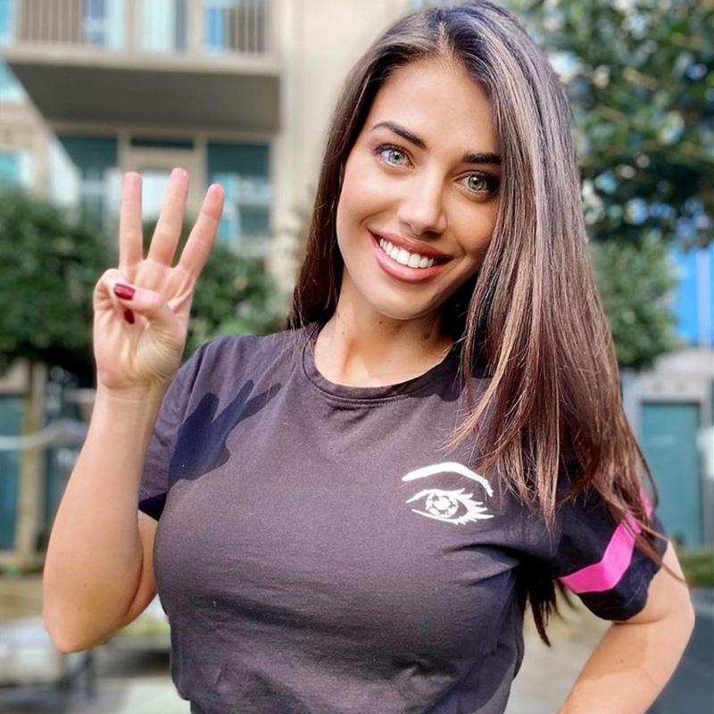 Eleonora Boi indossla la t-shirt Piutre Fantacalcio Occhi di Calcio
