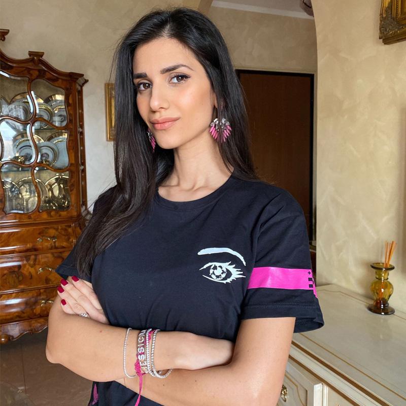 Jessica Tozzi indossa la maglietta Piutre limited edition Occhi di Calcio