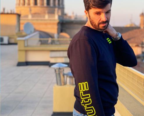 L'influencer Luca Ovrezzi indossa la felpa girocollo Piutre Fantacalcio