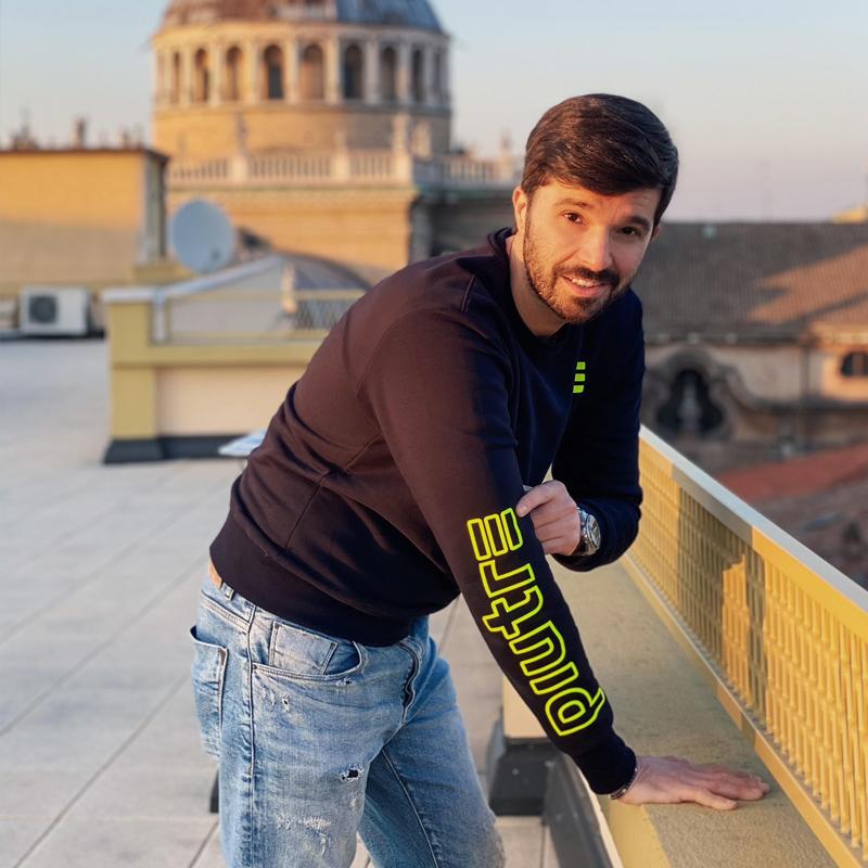 L'influencer di moda Luca Ovrezzi indossa la Felpa Piutre Fantacalcio
