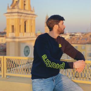 L'influencer Luca Ovrezzi posa con la felpa girocollo Piutre Fantacalcio