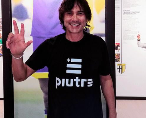 Antonio Benarrivo, ex calciatore del Parma, con la t shirt piutre.