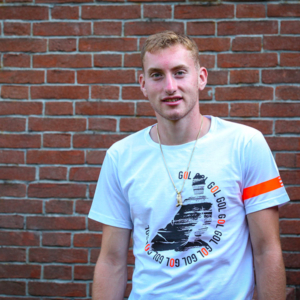 Dejan Kulusevski indossa la T Shirt Piutre bomber scivolata.