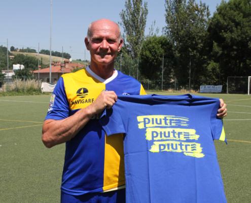 L'ex calciatore Marco Ballotta mostra la t-shirt Piutre gol plus pennellata
