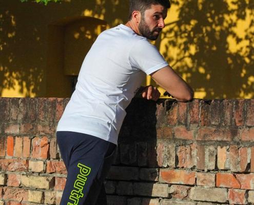 L'influencer Luca Ovrezzi posa con i pantaloncini Piutre Fantacalcio