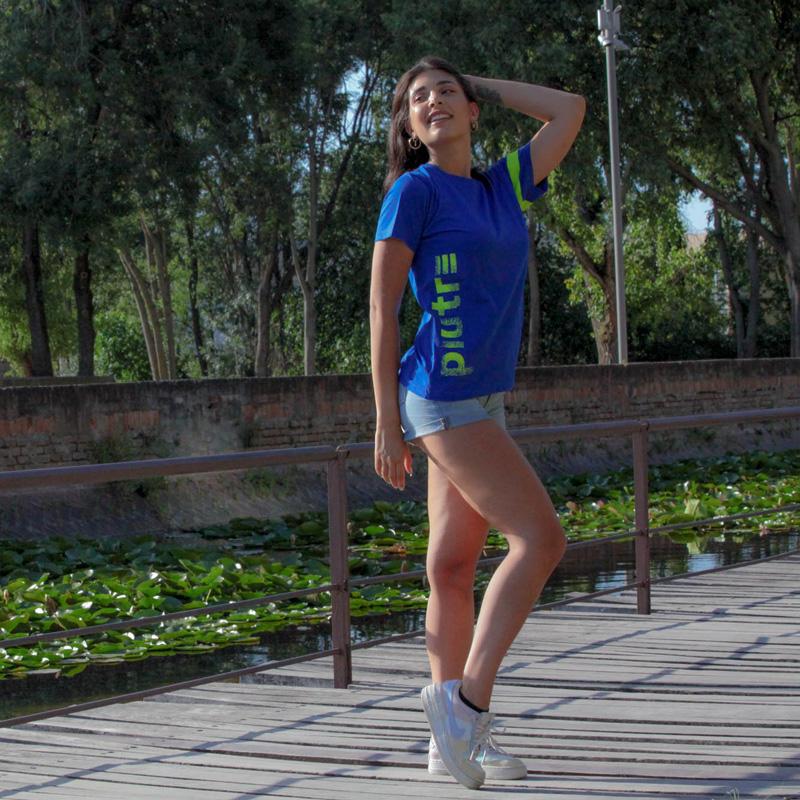 Modella indossa la t-shirt blu e fluo linea gol plus verticalizza Piutre