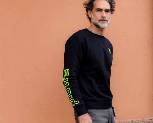 Sergio Múñiz posa con la felpa girocollo Piutre Fantacalcio