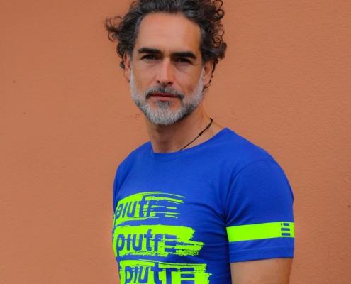 Sergio Múñiz posa con la maglietta girocollo Piutre Pennellata Fluo