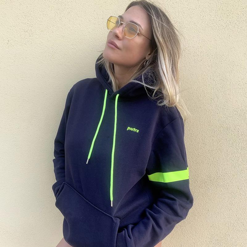 Benedetta Mazza posa con la felpa hoodie Piutre Fanta Squadra