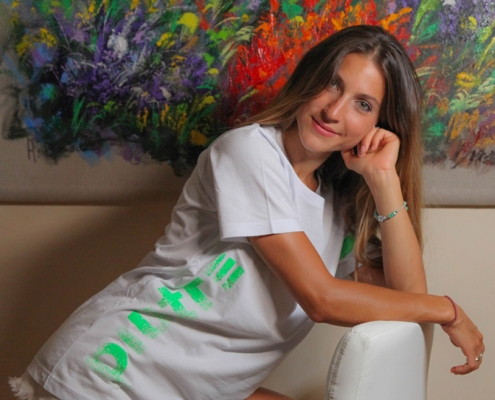 Modella posa con la t-shirt verticalizza verde fluo di Piutre Fantacalcio