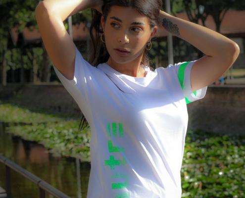 Modella posa con la t-shirt Piutre verticalizza verde.