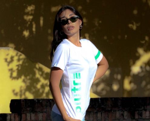 Modella indossa la maglietta Piutre verticalizza verde fluo